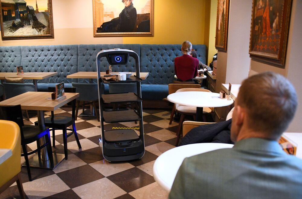 الروبوت النادل في مقهى شوكولادنيتسا في شارع كليمينتوفسكي في موسكو