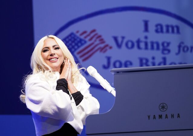 المغنية الأمريكية ليدي غاغا تشارك في الحملة الانتخابية للمرشح الرئاسي جو بايدن، عشية الانتخابات الرئاسية الأمريكية، 2 نوفمبر 2020