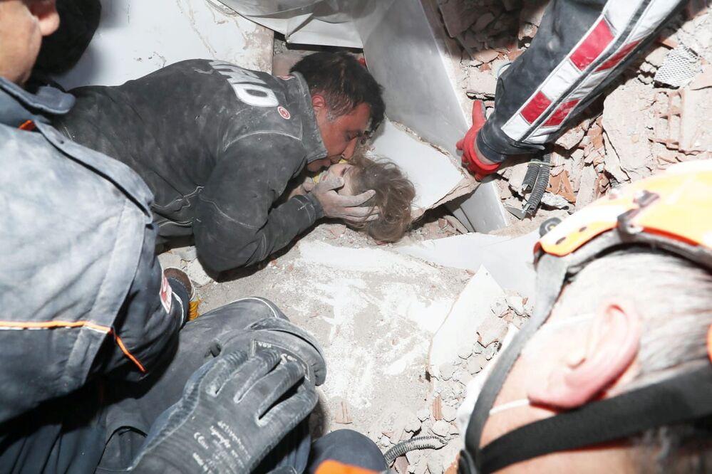العثور على طفلة عايدة غيزغين، 4 أعوام، نجت من الزلزال في إزمير، تركيا 3 نوفمبر 2020