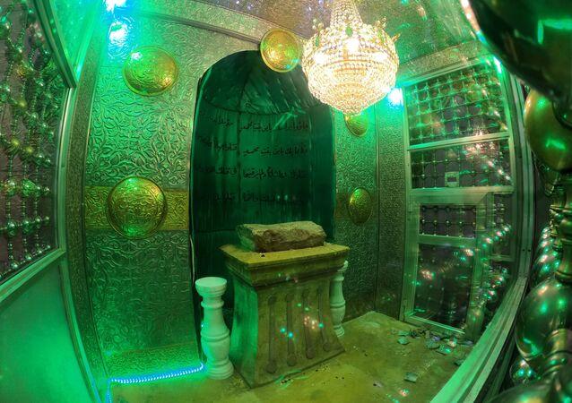 صخرة الحسين المقدسة تعود إلى مسجد النقطة في مدينة حلب، سوريا