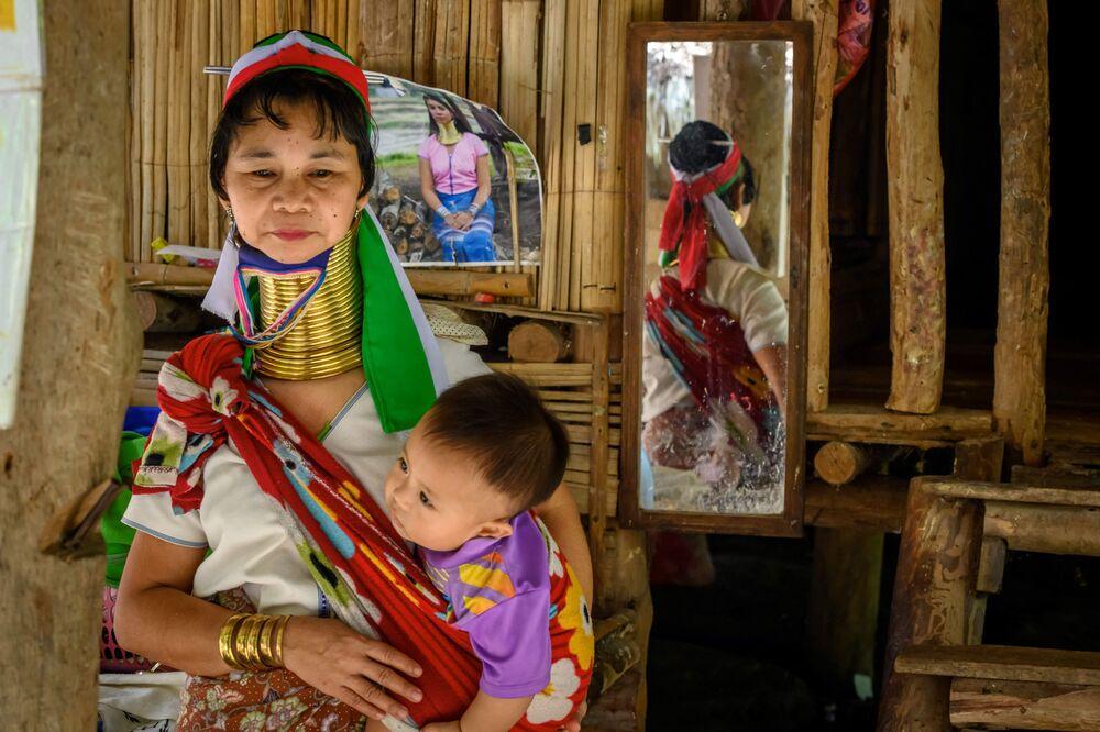 امرأة من قرية بانغ تونغ لوانغ (Baan Tong Luang) في تايلاند، 2 نوفمبر 2020