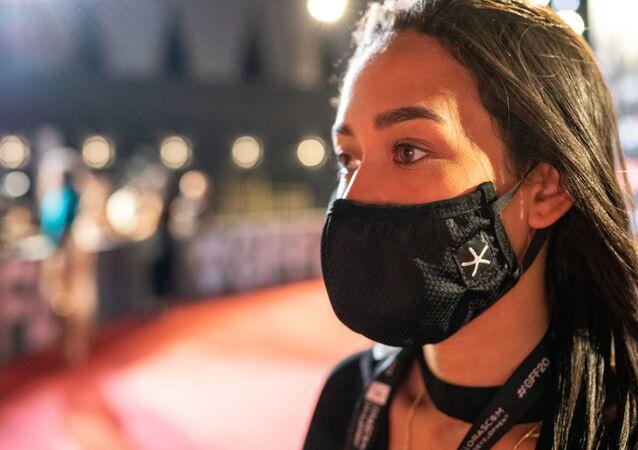 مسؤولة بمهرجان الجونة السينمائي تقف على السجادة الحمراء، 25 أكتوبر/ تشرين الأول 2020