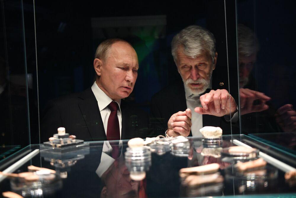 الرئيس الروسي فلاديمير بوتين خلال زيارة إلى المتحف الجديد للآثار الجيولوجية في دير نشودوف، 4 نوفمبر 2020