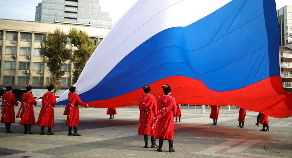 مراسم احتفالية لرفع علم روسيا من قبل قوزاق حرس الشرف التابع لجيش قوزاق كوبان الروسية، في يوم الوحدة الوطنية على الساحة الرئيسية في كراسنودار، روسيا 4 نوفمبر 2020