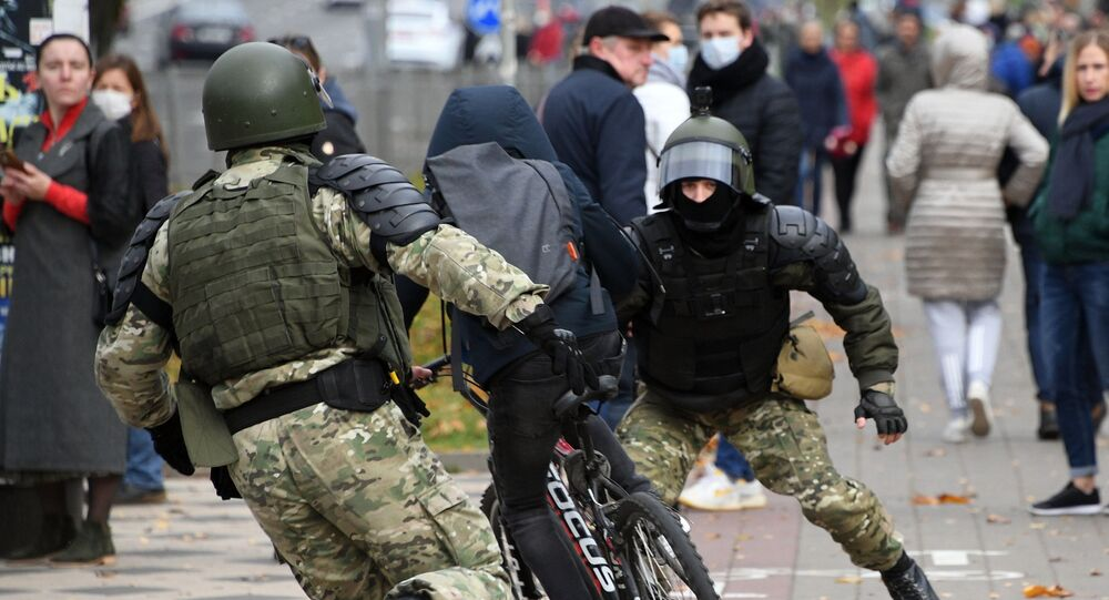 ضباط حماية القانون أثناء تظاهرة غير مصرح بها دزيادي (الأجداد ، الأبناء) في مينسك، بيلاروسيا 1 نوفمبر 2020