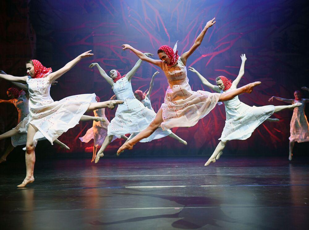 راقصو مسرح موسكو للرقص غجيل في مسرحية بيت على الطريق. يذكر أن المسارح ي موسكو تطبق اجراءات احترازية مشددة للوقاية من فيروس كورونا. 4 نوفمبر 2020