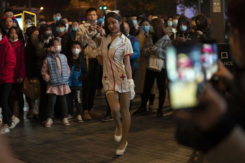 على الرغم من أن الهالوين ليس عيداً تقليديًا في الصين، إلا أن بعض المقيمين في العاصمة الصينية يحتفلون به ويتزينون للاستمتاع بأجوائه قليلاً، 31 أكتوبر 2020
