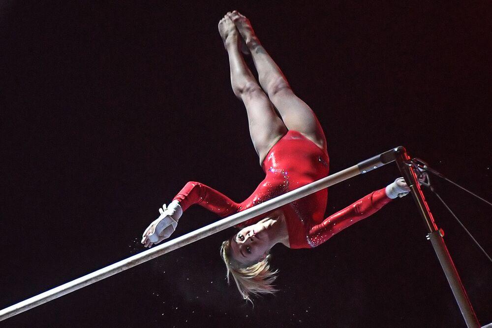 لاعبة الجمباز الروسية تاتيانا نابييفا أثناء عرض فقرة أساطير الرياضة، للرياضي الروسي الكبير أليكسي نيموف، في قصر لوجنيكي الرياضي في موسكو، 31 نوفمبر 2020