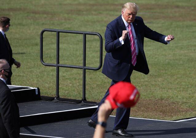 الرئيس الأمريكي دونالد ترامب يرقص في أحد تجمعاته الانتخابية في شمال فلوريدا، 24 أكتوبر/ تشرين الأول 2020
