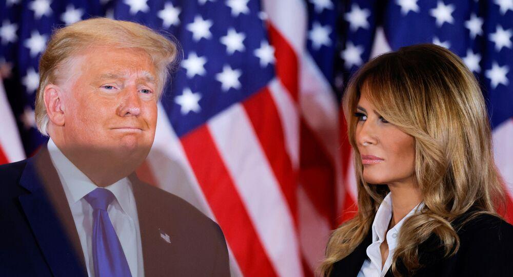 ميلانيا ترامب مع زوجها الرئيس الأمريكي دونالد ترامب في وشنطن، الولايات المتحدة، 4 نوفمبر/ تشرين الثاني 2020