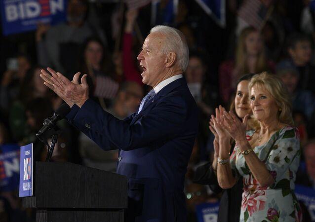 المرشح الرئاسي الديمقراطي جو بايدن برفقة ابنته آشلي بايدن وزوجته جيل بايدن