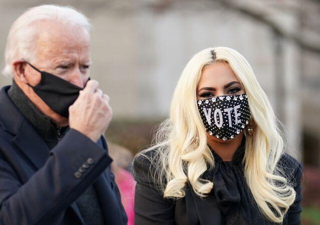 المطربة الأمريكية ليدي غاغا مع جو بايدن أثناء مناصرتها له في الانتخابات الرئاسية، 3 نوفمبر/ تشرين الثاني 2020