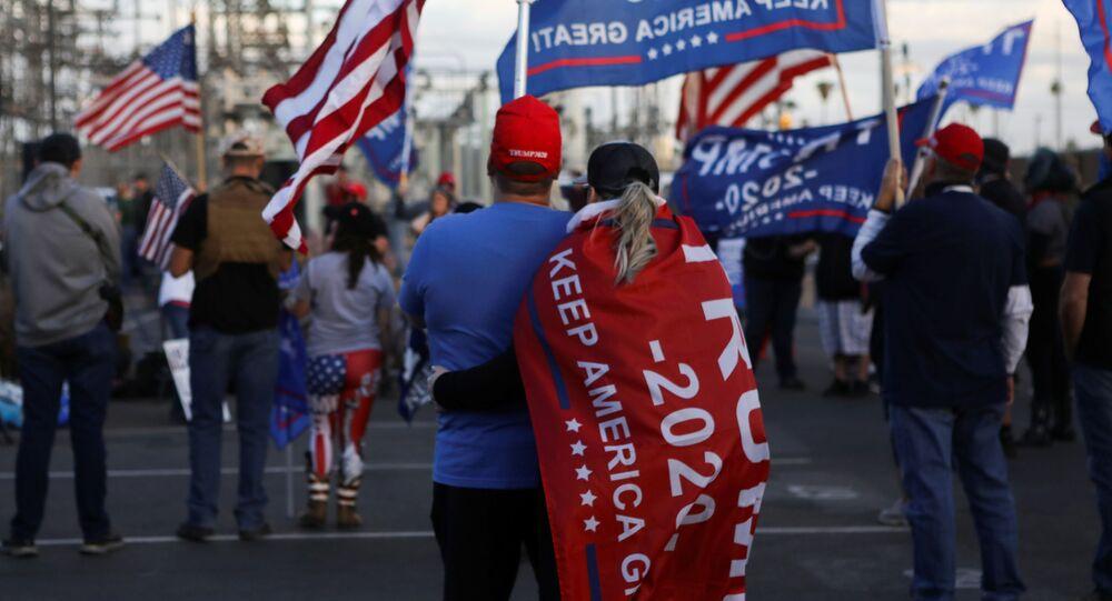 أنصار الرئيس الأمريكي دونالد ترامب خلال فعالية احتجاجية أوقفوا السرقة (Stop the Steal) في فينيكس بولاية أريزونا، احتجاجا على نتائج الانتخابات الرئاسية الأمريكية 2020، الولايات المتحدة 8 نوفمبر 2020