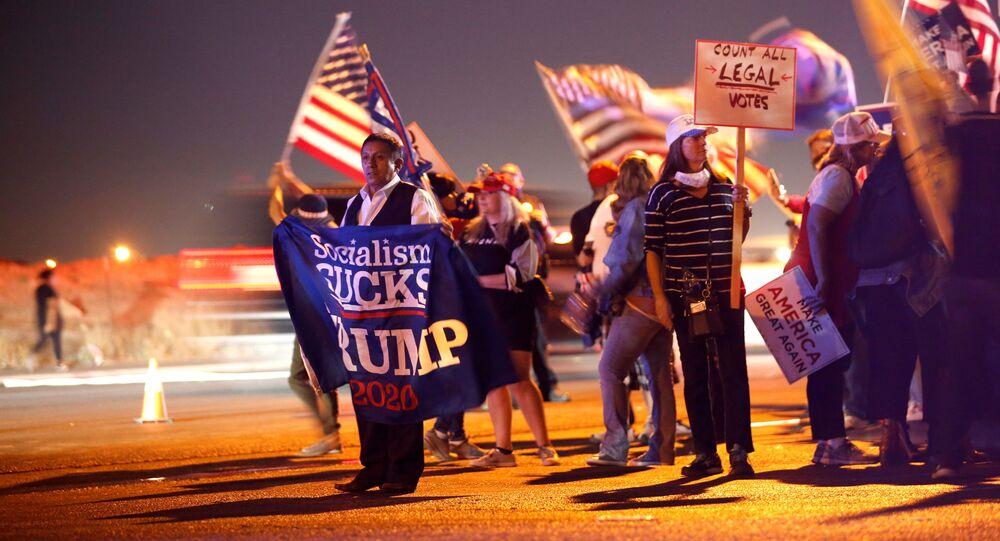 أنصار الرئيس الأمريكي دونالد ترامب خلال فعالية احتجاجية أوقفوا السرقة (Stop the Steal) في لاس فيغاس، احتجاجا على نتائج الانتخابات الرئاسية الأمريكية 2020، الولايات المتحدة 7 نوفمبر 2020