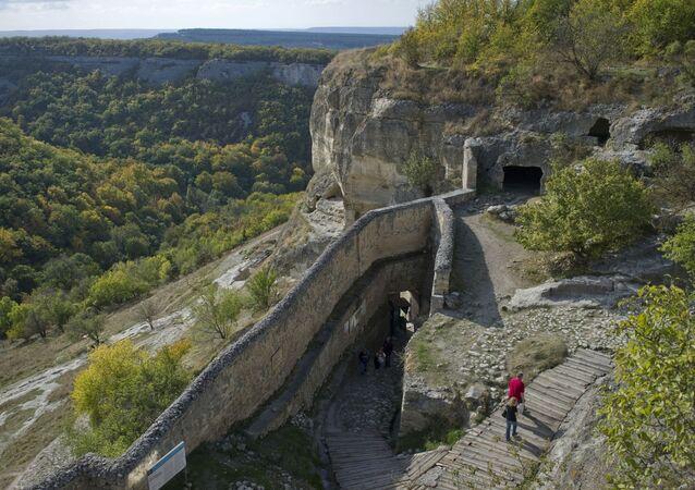 مدينة الكهف قلعة تشوفوت-كالي التي تعود للقرون الوسطى في مقاطعة باختشيساراي، وتعد نصب تذكاري وطني لثقافة القرم