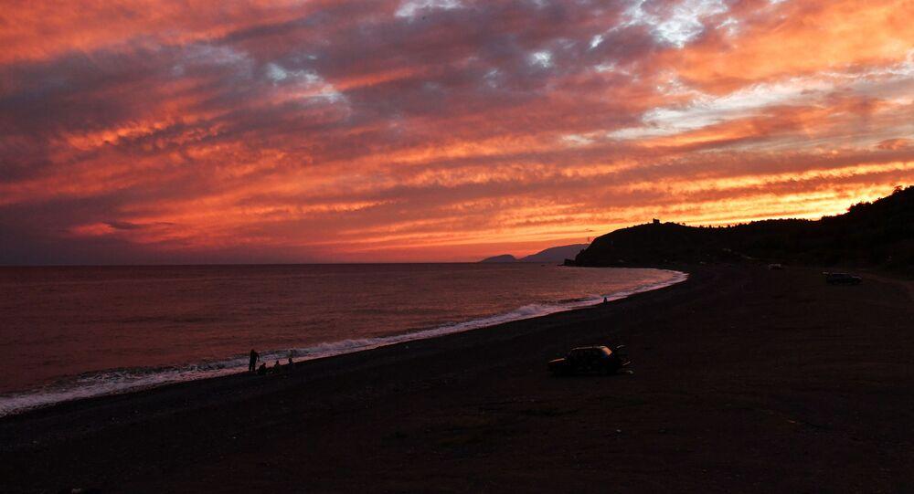 غروب الشمس على ساحل البحر الأسود بالقرب من قرية مورسكويه (بحري) في شبه جزيرة القرم