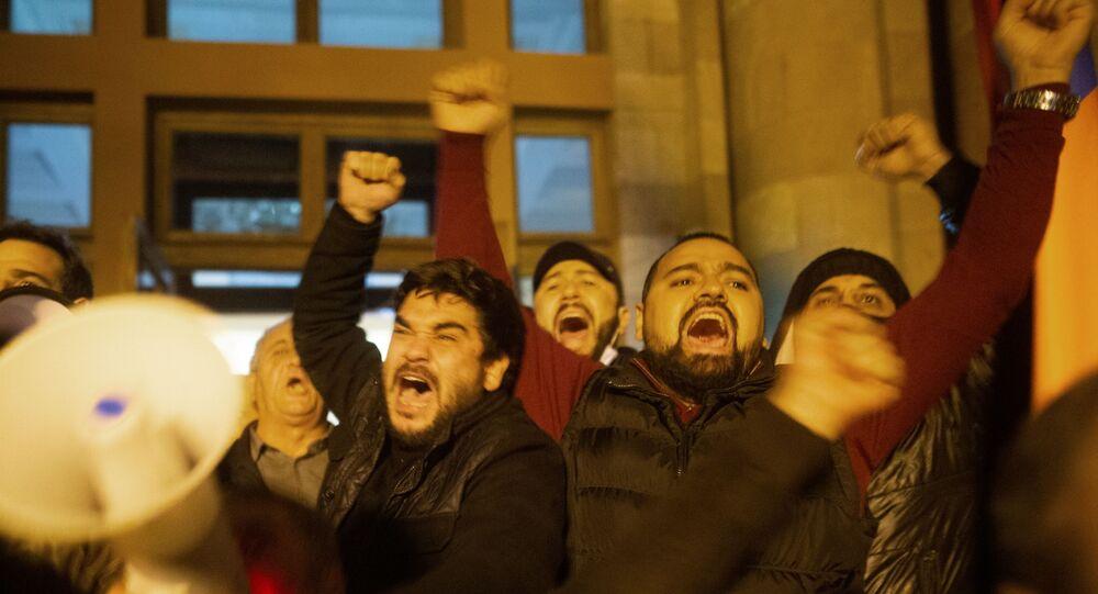 متظاهرون غاضبون يقتحمون مقر الحكومة الأرمينية في يريفان