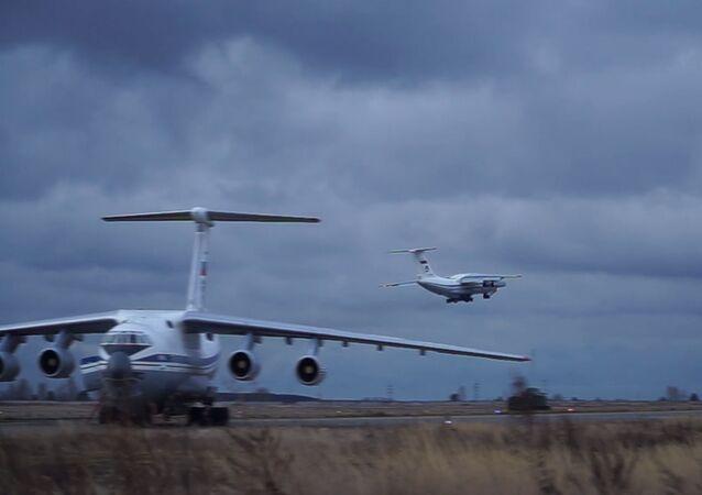 طائرة نقل عسكرية ثقيلة من طراز Il-76 تحمل على متنها معدات عسكرية وأفراد تقلع من مطار أوليانوفسك-فوستوشني.
