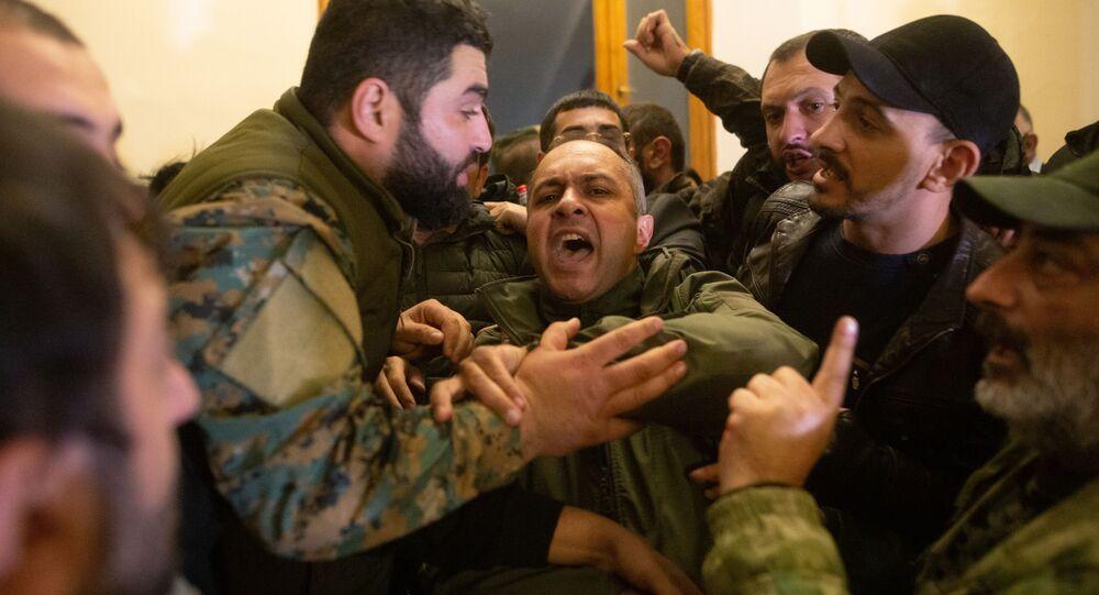 متظاهرون يقتحمون مقر الحكومة الأرمينية، في العاصمة العاصمة الأرمينية يريفان، بعد توقيع رئيس الوزراء نيكول باشينيان، اتفاقا مع قادة أذربيجان وروسيا بشأن وقف الأعمال القتالية في ناغورني قره باغ، 10 نوفمبر 2020