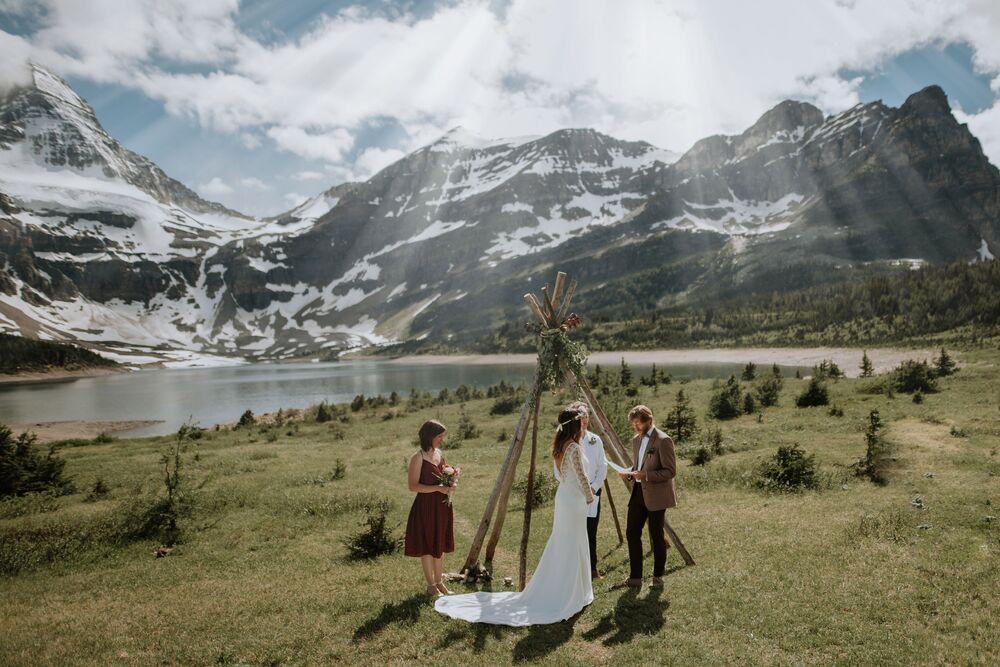 تصوير المصوران الكنديان فيرجينيا ستروبل وإيفان سيكالوك، الفائزان في فئة التصوير موقع ملحمي من المسابقة الدولية مصور الزفاف لعام 2020