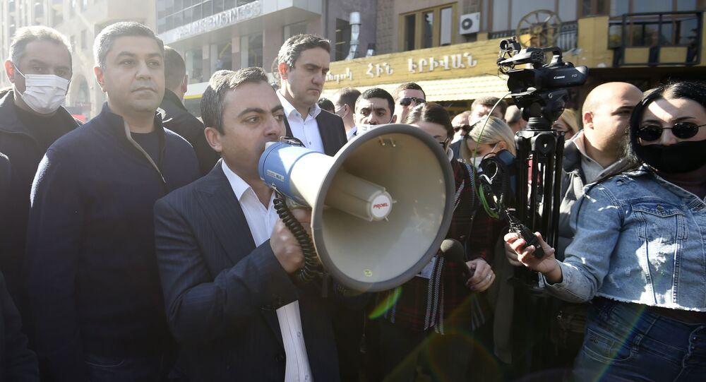 احتجاجات الآلاف في يريفان المطالبين بإقالة رئيس الوزراء نيكول باشينيان بسبب توقيع اتفاق لوقف إطلاق النار ضمن لأذربيجان تحقيق مكاسب ميدانية على الأرض في إقليم ناغورني قره باغ، أرمينيا 11 نوفمبر 2020