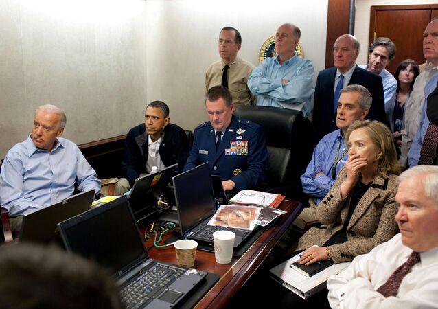 الرئيس الأمريكي السابق باراك أوباما ونائب الرئيس جو بايدن مع أعضاء فريق الأمن القومي، أثناء عملية قتل أسامة بن لادن في غرفة العمليات بالبيت الأبيض، 1 مايو 2011