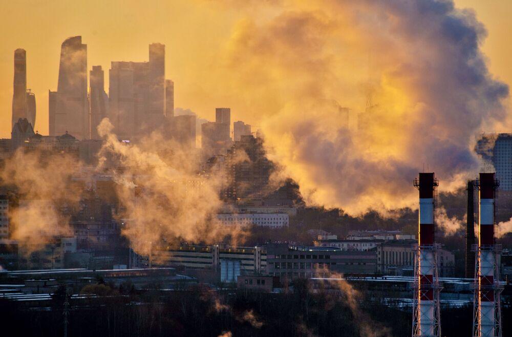 أنابيب محطة التدفئة المركزية على خلفية مجمع الأعمال الدوليموسكفا سيتي في مدينة موسكو، روسيا 9 نوفمبر 2020