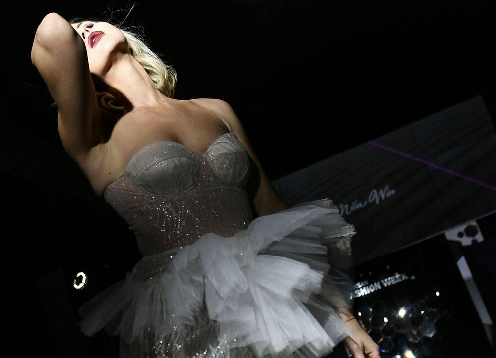 عارضة أزياء تقدم أزياء من مجموعة العلامة التجارية Mila Win في إطار أسبوع الموضة في القرم في فندق بالميرا بالاس، روسيا 8 نوفمبر 2020
