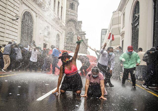 أنصار الرئيس البيروفي المخلوع مارتن فيزكارا، الذي تمت إقالته في تصويت مساء الإثنين  الماضي، يحتجون ضد الحكومة الجديدة في ليما، بيرو 10 نوفمبر 2020