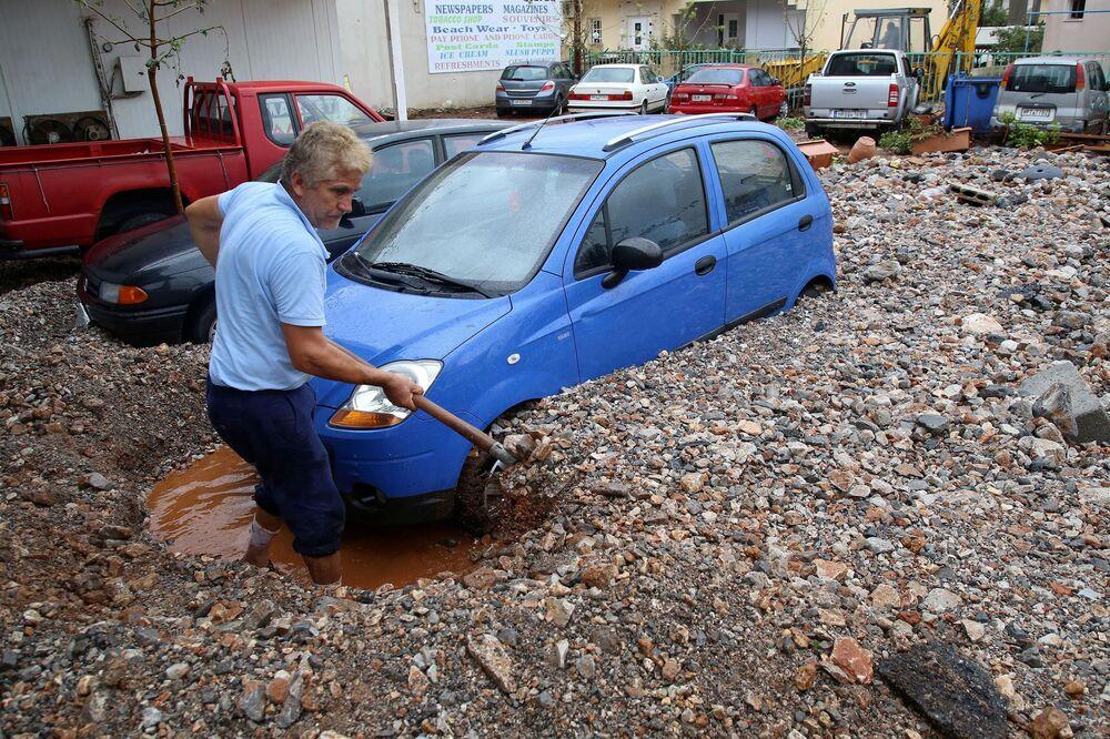 رجل يخرج سيارته العالقة إثر هطول أمطار غزيرة في ماليا بجزيرة كريت، اليونان 10 نوفمبر 2020