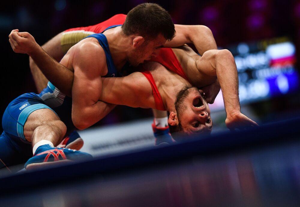 أنزور كاراغولوف (روسيا) وغيورغي تيبيلوف (روسيا) خلال مباراة المصارعة اليونانية الرومانية للرجال في فئة وزن أقل من 60 كجم في بطولة الدولية للمصارعة الجائزة الكبرى موسكو  لعام 2020.