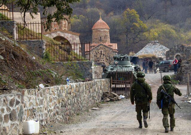 قوات حفظ السلام الروسية أمام دير داديفانك، قره باغ، بعد وقف إطلاق النار بين أرمينيا و أذربيجان 16 نوفمبر 2020