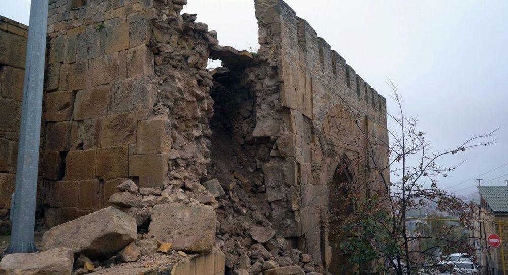 الأمطار الغزيرة تدمر جزءًا من جدار قلعة نارين كالا في ديربينت (دربند) في جمهورية داغستان الروسية