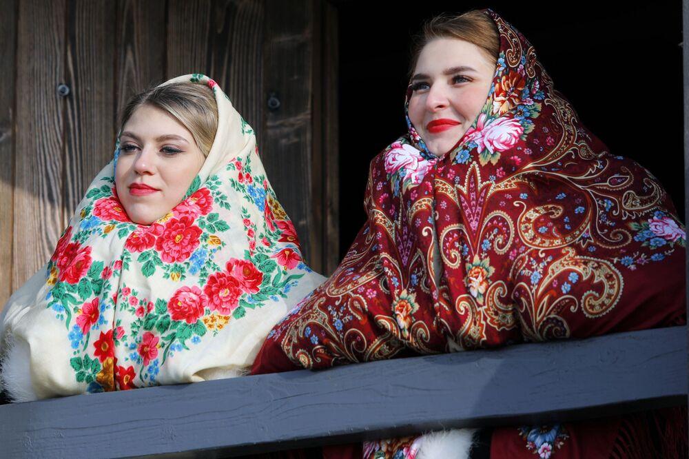 المشاركون في فعاليات المخصصة بمناسبة افتتاح المجمع التاريخي والثقافي سلوبوجانشينا في منطقة بيلغورود الروسية، 14 نوفمبر 2020