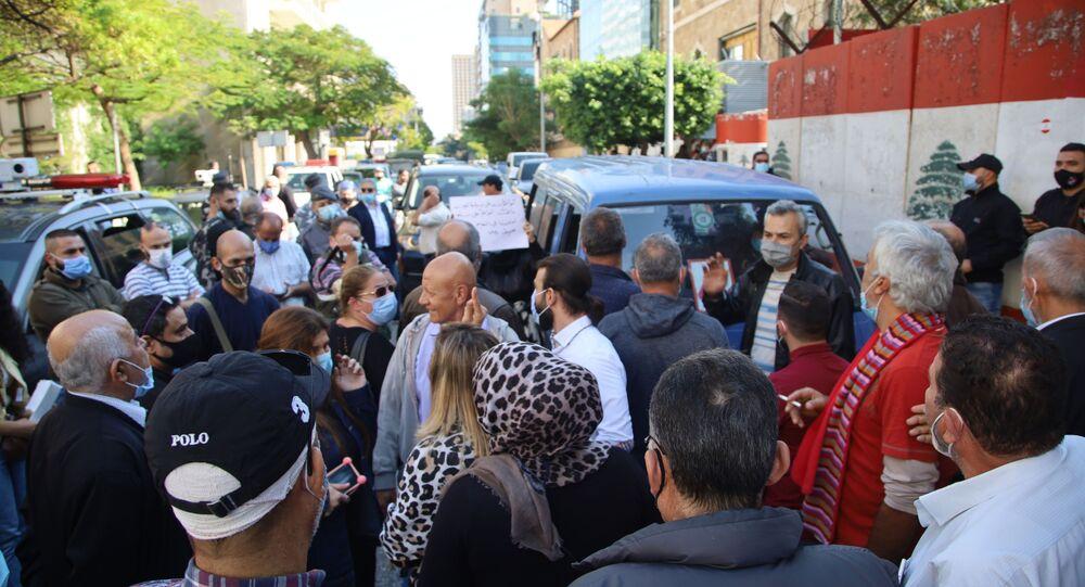 تظاهرة  لأهالي الطلاب اللبنانيين في الجامعات الأجنبية أمام مصرف لبنان