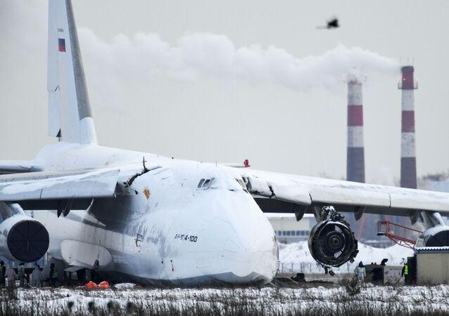 انزلقت طائرة الشحن أن-124 عن المدرج بعد هبوط اضطراري (بسبب عطل في المحرك) في مطار تولماتشيفو الدولي في نوفوسيبيرسك الروسية، 19 نوفمبر 2020