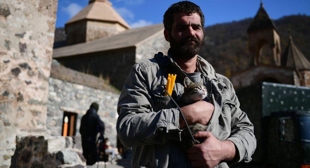 رجل أرمني يقف أمام دير داديفانك، قره باغ، بعد وقف إطلاق النار بين أرمينيا و أذربيجان 14 نوفمبر 2020