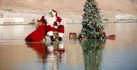 الفلسطيني عيسى قسيسية يرتدي زي بابا نويل وشجرة عيد الميلاد، أثناء جلسة تصوير في البحر الميت، في عين بكيك، 15 نوفمبر 2020