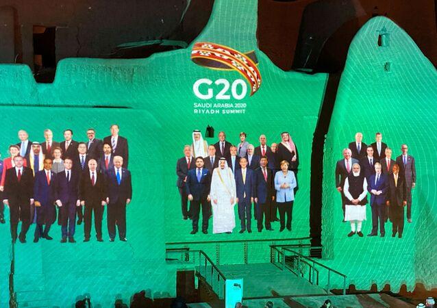 عرض صورة جماعية لقادة العالم في قمة العشرين في قصر سلوى في الطريف، أحد مواقع التراث العالمي لليونسكو في المملكة العربية السعودية في الدرعية، 20 نوفمبر/ تشرين الثاني 2020