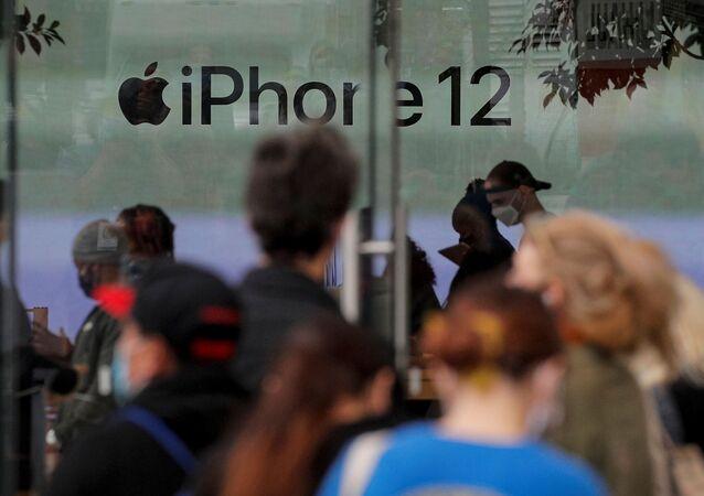 العملاء ينتظرون في طابور خارج متجر آبل في بروكلين بمدينة نيويورك الأمريكية، لشراء هاتف آيفون 12، 23 أكتوبر/ تشرين الأول 2020