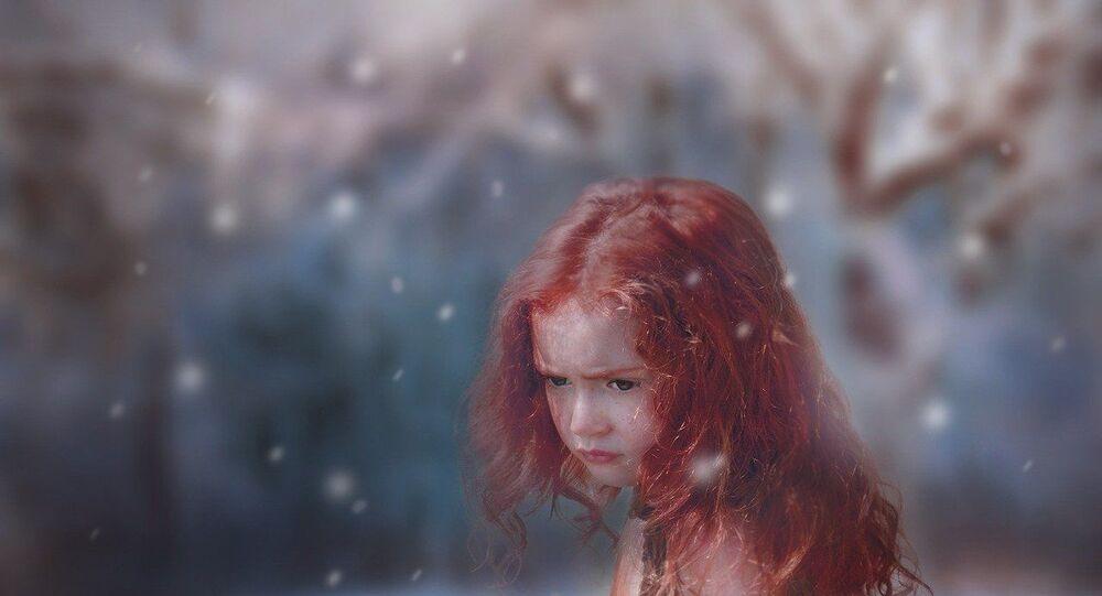 طفلة صغيرة في الثلج