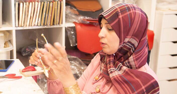 صانعة حلي في مشروع مشكاة التابعة لمؤسسة السلطان لتطوير منطقة قايتباي