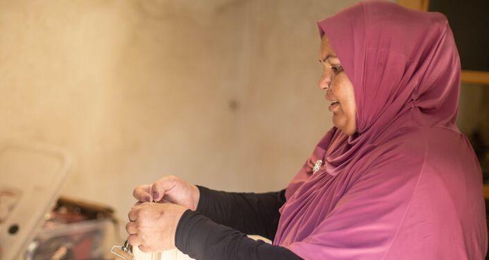 عاملة في ورشة صناعة الجلد التابعة لمشكاة في قايتباي