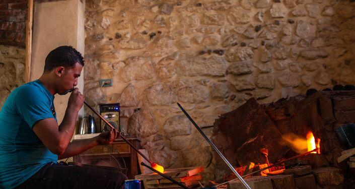 صانع زجاج أمام فرن حجري في منطقة قايتباي