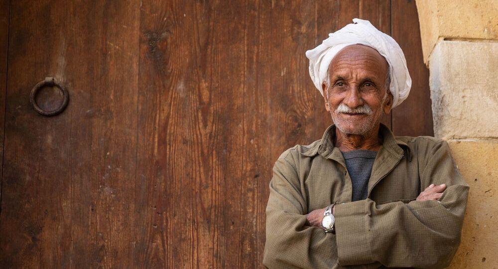حارس يعمل ضمن مشروع تطوير منطقة مسجد السلطان قايتباي