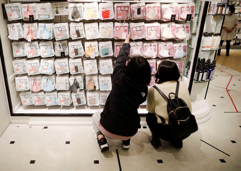 متجر متخصص في بيع أقنعة الوجه Mask.com، وسط تفشي  فيروس كورونا (كوفيد -19) في طوكيو، اليابان، 25 نوفمبر/ تشرين الثاني 2020.