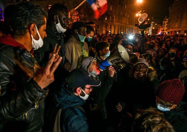 احتجاجات ضد عملية طرد المهاجرين غير الشرعيين من ساحة الجمهورية في باريس، فرنسا  24 نوفمبر 2020