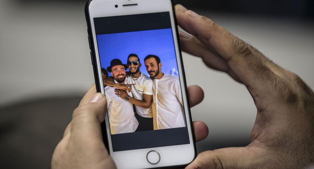 صورة الإعلامي الإماراتي حمد المزروعي مع الفنان المصري محمد رمضان ومع المطرب الإسرائيلي عومير آدام في دبي