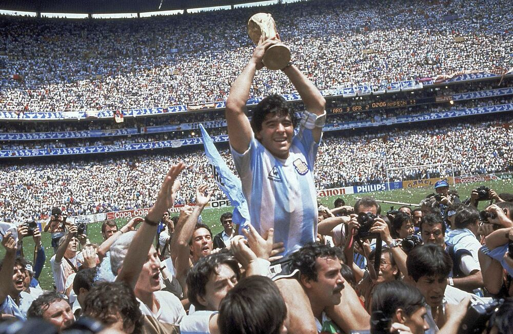 لاعب كرة القدم الأرجنتيني دييغو مارادونا، يحتفل بفوز منتخبه بكأس العالم في  1986