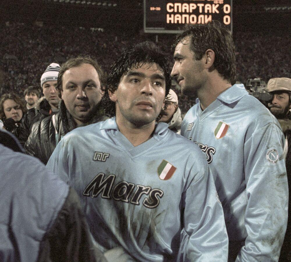 لاعب كرة القدم الأرجنتيني دييغو مارادونا، 1990